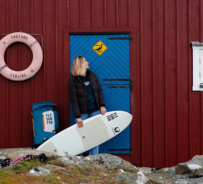 Appletree team rider Johanna-Catharina with her Klokhouse Noseless in front of red beach house